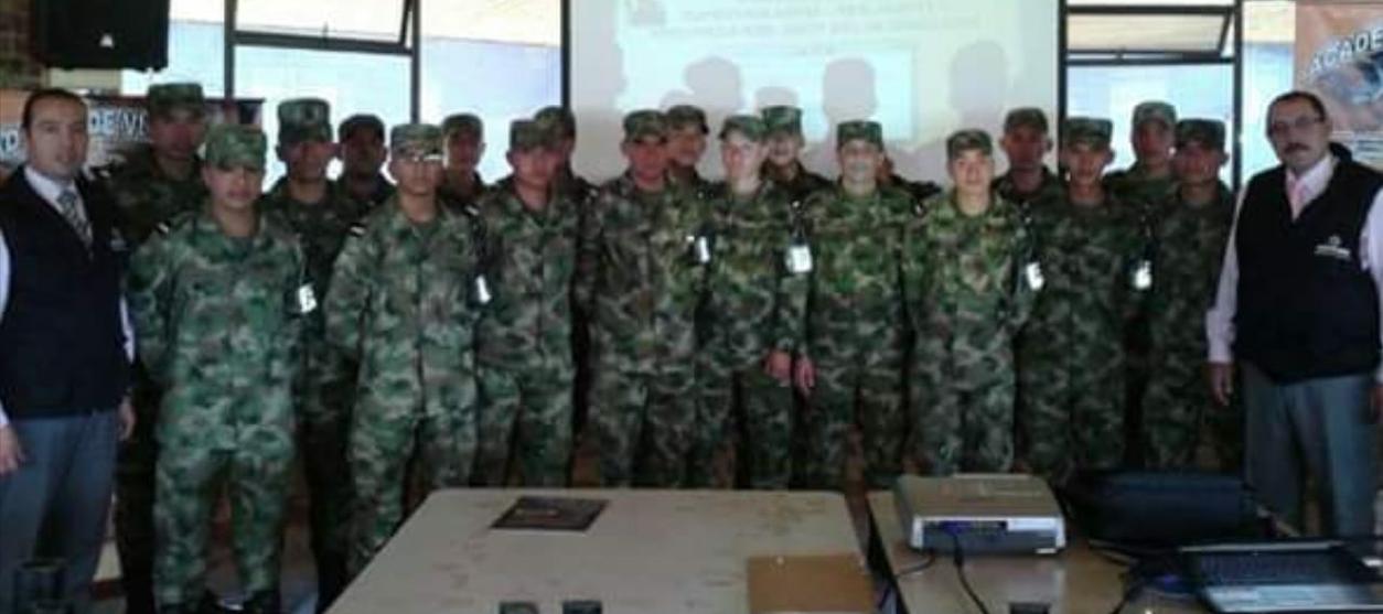 Con el personal de Soldados custodia del Círculo de Suboficiales en Bogotá
